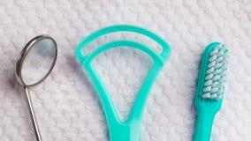 Зеленая зубная щетка с зубоврачебными инструментами Стоковое Изображение