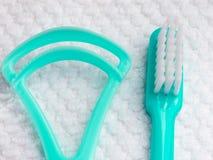 Зеленая зубная щетка с зубоврачебным уборщиком языка Стоковая Фотография