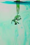 Зеленая и голубая жидкость в воде Стоковые Изображения RF