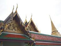 Зеленая и красная деталь крыши с старой архитектурой Таиланда Стоковое Изображение RF