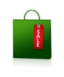 Зеленая карточка хозяйственной сумки и скидки над белизной Стоковая Фотография
