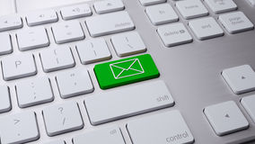 Зеленая кнопка электронной почты на белой клавиатуре 3 d представляет иллюстрация штока