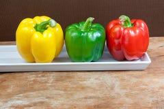 Зеленая, красный цвет и желтый цвет болгарского перца свежая Стоковая Фотография RF