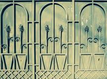 Зеленая металлическая дверь с орнаментами Стоковые Изображения