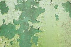 Зеленая металлическая пластина с треснутой краской и большими пятнами краски потому что Стоковое Изображение RF