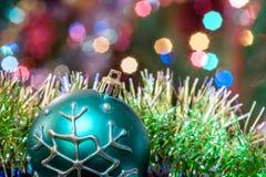 Зеленая ложь стеклянного шарика в сусали рождества Стоковое фото RF