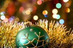 Зеленая ложь стеклянного шарика в сусали рождества Стоковая Фотография RF