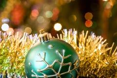 Зеленая ложь стеклянного шарика в сусали рождества Стоковое Фото