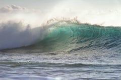 Зеленая океанская волна просвечивающая с светом захода солнца Стоковые Фотографии RF