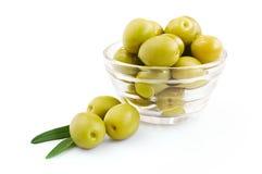 Зеленая оливка в стеклянном шаре Стоковое Изображение RF