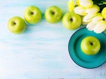 Зеленая пастельная предпосылка с яблоками еда здоровая стоковые фотографии rf