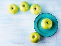 Зеленая пастельная предпосылка с яблоками еда здоровая стоковое изображение rf