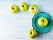 Зеленая пастельная предпосылка с яблоками еда здоровая стоковые изображения rf