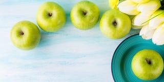 Зеленая пастельная предпосылка с яблоками еда здоровая стоковая фотография