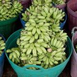Зеленая пачка банана в корзине готовой для того чтобы продать Стоковые Фотографии RF