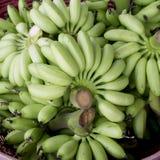 Зеленая пачка банана в корзине готовой для того чтобы продать Стоковые Фото