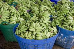 Зеленая пачка банана в корзине готовой для того чтобы продать Стоковое Изображение