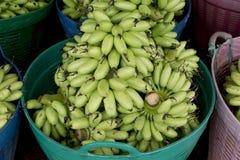 Зеленая пачка банана в корзине готовой для того чтобы продать Стоковое фото RF