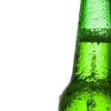 Зеленая пивная бутылка с водой падает над белой предпосылкой - близкое поднимающим вверх Стоковые Фото