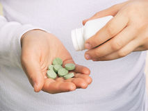 зеленая пилюлька руки Стоковое Изображение