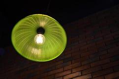 Зеленая потолочная лампа сделанная от пластичной крышки еды Стоковые Фотографии RF