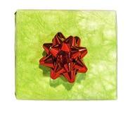 Зеленая подарочная коробка с красным смычком на белизне Стоковые Изображения RF