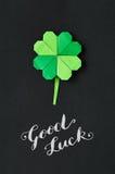Зеленая предпосылка бумаги лист клевера shamrock origami St Patrick Стоковые Фотографии RF