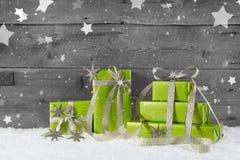 Зеленая предпосылка рождества на серой деревянной предпосылке с снегом стоковое фото