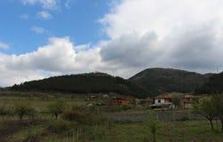 Зеленая природа spirng и неба с горой Стоковое Изображение RF