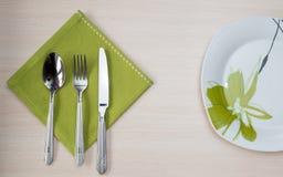 Зеленая плита вилки ножа салфетки Стоковое Изображение