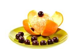 Зеленая плита с мандарином и вишней Стоковые Изображения