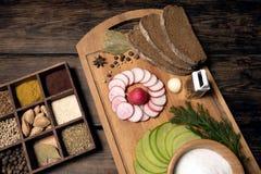Зеленая редиска, красная редиска сада и части хлеба рож Стоковая Фотография RF