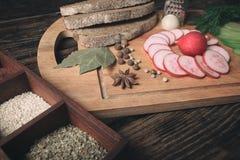 Зеленая редиска, красная редиска сада и части хлеба рож Стоковые Фотографии RF