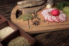 Зеленая редиска, красная редиска сада и части хлеба рож Стоковая Фотография