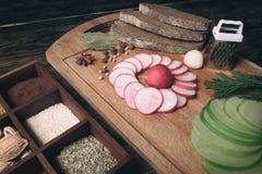 Зеленая редиска, красная редиска сада и части хлеба рож Стоковое Изображение