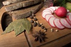 Зеленая редиска, красная редиска сада и части хлеба рож Стоковое Изображение RF