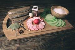 Зеленая редиска, красная редиска сада и части хлеба рож Стоковые Изображения