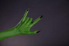Зеленая рука изверга показывая жест тяжелого метала Стоковые Изображения RF