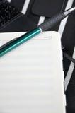 Зеленая ручка положенная дальше замечает страницу стоковые изображения rf