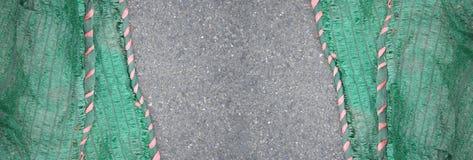 Зеленая сеть shading солнца на текстуре дороги асфальта Стоковая Фотография RF
