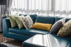 Зеленая софа в современной живущей комнате Стоковая Фотография