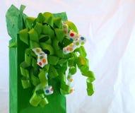 Зеленая сумка подарка с смычками и лентой Стоковые Фото