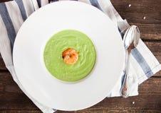 Зеленая сливк супа спаржи с креветкой в белом шаре на r Стоковые Изображения