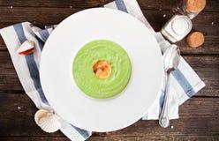 Зеленая сливк супа спаржи с креветкой в белом шаре на r Стоковые Изображения RF