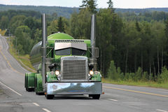 Зеленая тележка танка Peterbilt 359 на сценарном шоссе Стоковые Изображения RF