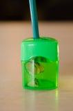 Зеленая точилка для карандашей точить зеленый карандаш Стоковые Фотографии RF