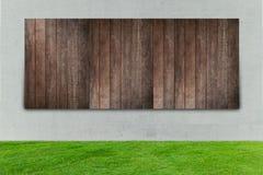 Зеленая трава с белыми конкретными и деревянными загородками Стоковое Фото