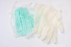 Зеленая хирургическая маска и белые перчатки Стоковое Изображение