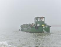 Зеленая шлюпка и туманный день Стоковое Изображение RF