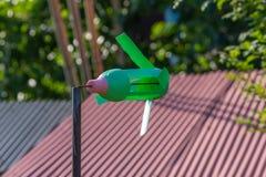 Зеленая handmade пластичная ветрянка стоковое фото rf